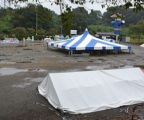 台風の為に一時開催中止中の祭り会場の様子