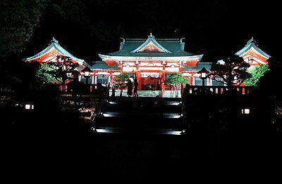 ライトアップされた織姫神社の社殿の様子