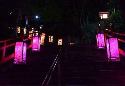 光る幻想的な夜の石段