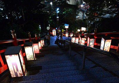 夜の石段灯篭の様子