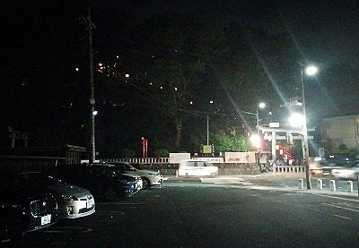 夜の石段下鳥居前交差点の駐車場の様子