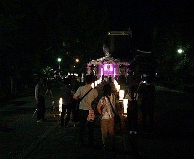 ライトアップされてた本堂と観光客たち