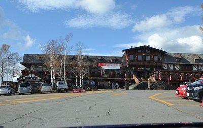 山麓駅と駐車場の様子