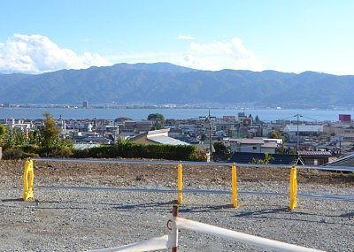 駐車場から見えた諏訪湖の景色