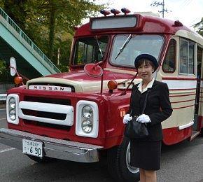 ボンネットバスと美人ガイドさん