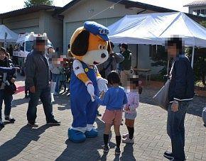 ユルキャラと握手するチビッコ