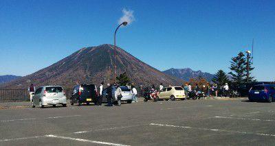 駐車場前の男体山