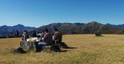 半月山駐車場展望台でランチを食べてるグループ