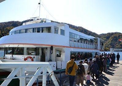遊覧船けごんに乗る人たちの列