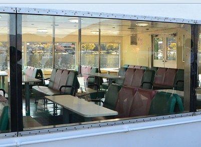 遊覧船一階の展望室の様子