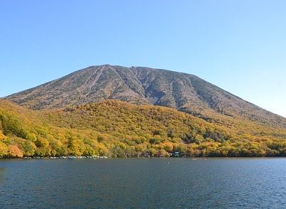 遊覧船から見えた紅葉の男体山