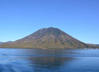 遊覧船から見えた雄大な男体山