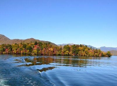 遊覧船から見えた紅葉の八丁出島