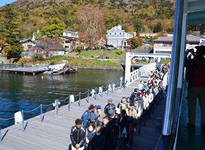 遊覧船に乗る人達の行列の様子