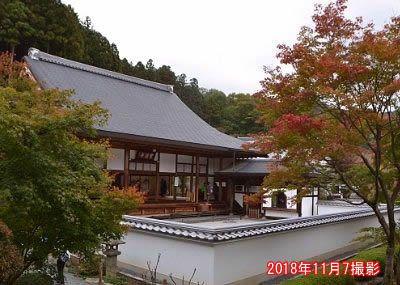 本堂前の紅葉の様子