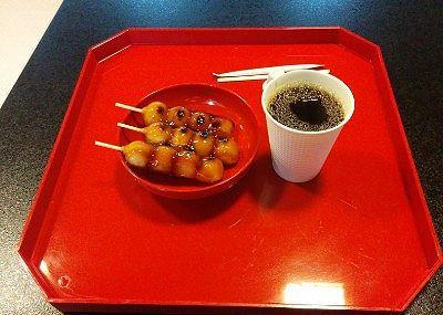 お寺カフェで注文した団子とホットコービー