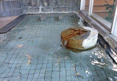 無色透明な内風呂のお湯の様子