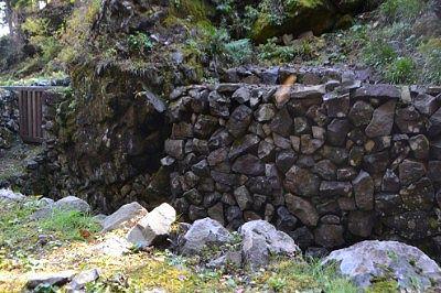 荒船風穴の石垣の様子