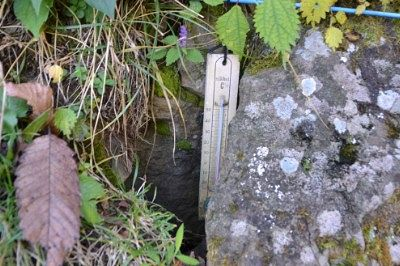 道路脇にあった風穴温度計