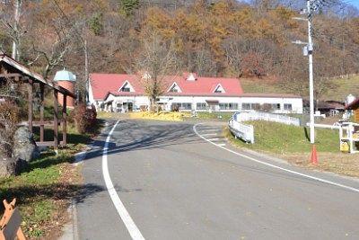 神津牧場の建物と道路