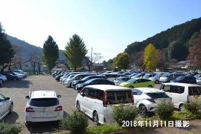 近くの小学校の臨時駐車場満車の様子