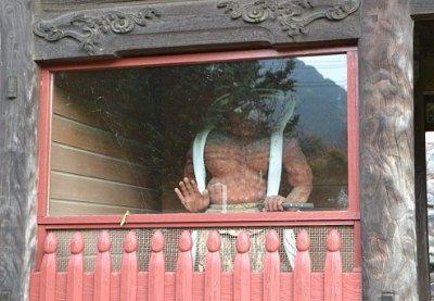 ガラスで覆われてる仁王像