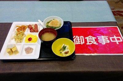 朝食膳と食事中の札