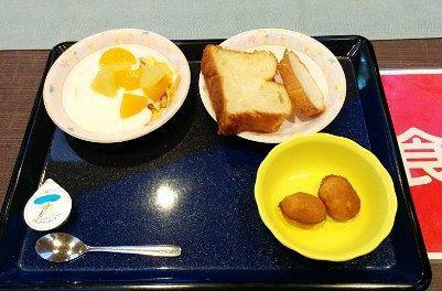 お替りした朝食の様子