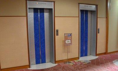 入口が青色のエレベーター
