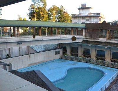 プールと空中廊下