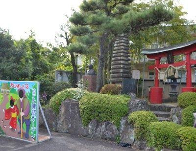 舌切雀神社の一画