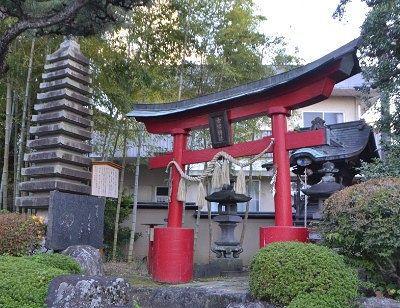 舌切雀神社の鳥居と祠