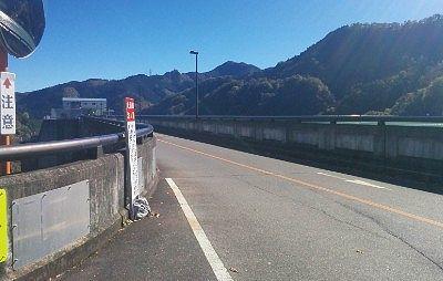 ダムサイトを走る道路の様子