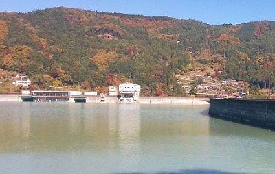 ダム放水場所にある建物