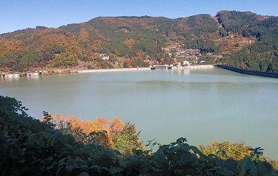 道路脇から見た神流湖の景色