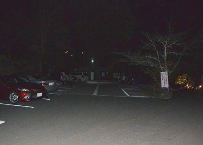 公園入口近くの夜の駐車場の様子