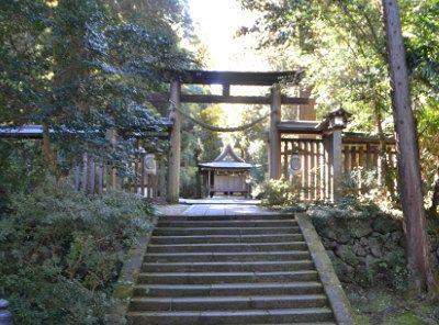 鳥居と奥の神楽殿