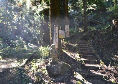 ヤマトタケルの石像と分かれ道