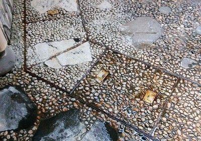 小石が散りばめられた床の様子