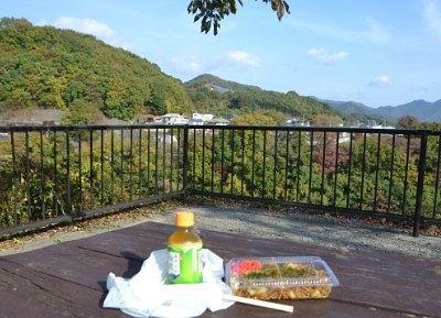 眺めの良いテーブルで焼きそば食べるところ