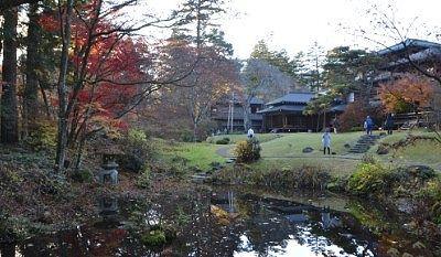 日本庭園の池と御用邸