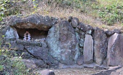 石の間にあった神域