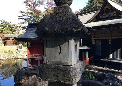波己曽社の池と灯篭