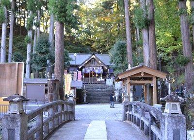 神橋と奥に見えた甲子大国神社の社殿