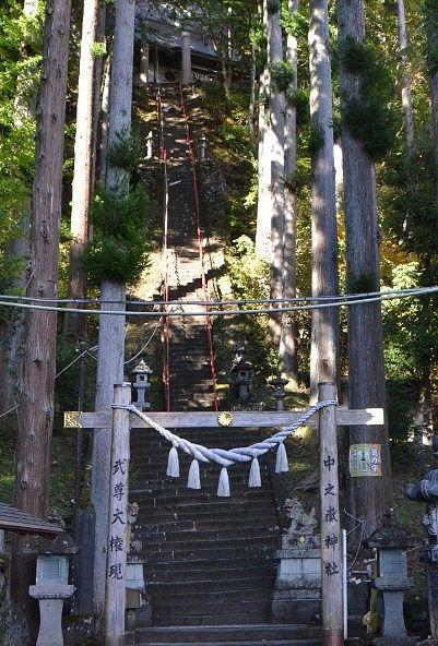 頭上にあった中之嶽神社と急な石段の様子