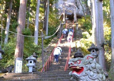 中之嶽神社への急な石段を上り下りする観光客と登山客