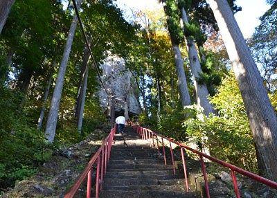 中之嶽神社社殿に向かう時の急な石段の様子