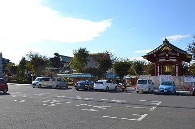 境内の前の駐車場の様子