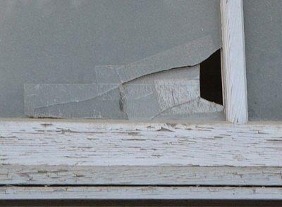 割れたままのガラス窓