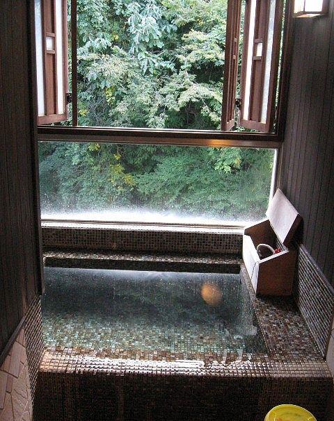 客室にあった半露天風呂の様子